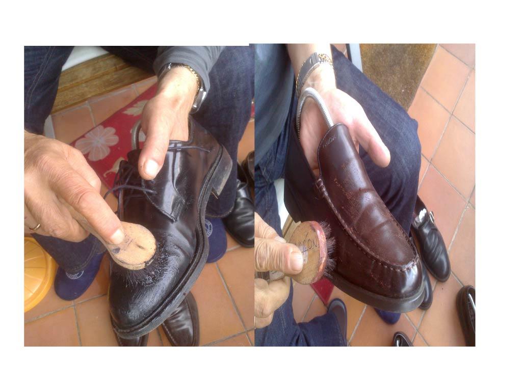 El esclavo cornudo lame los zapatos